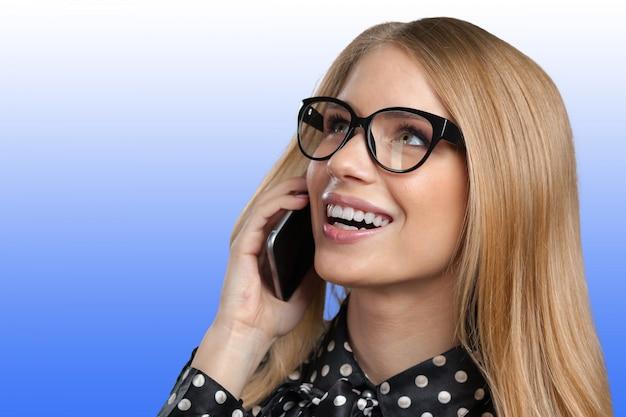 Portrait, de, sourire, femme affaires, conversation téléphone