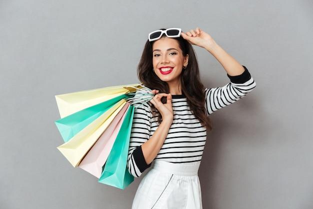 Portrait, sourire, femme, tenue, achats, sacs
