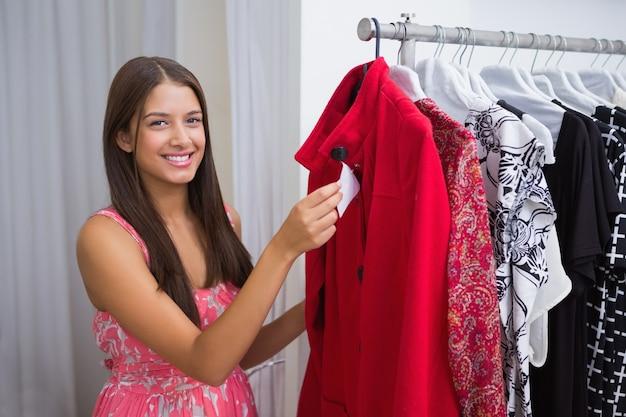 Portrait, de, sourire, femme, tenue, prix, étiquette, et, regarder appareil-photo