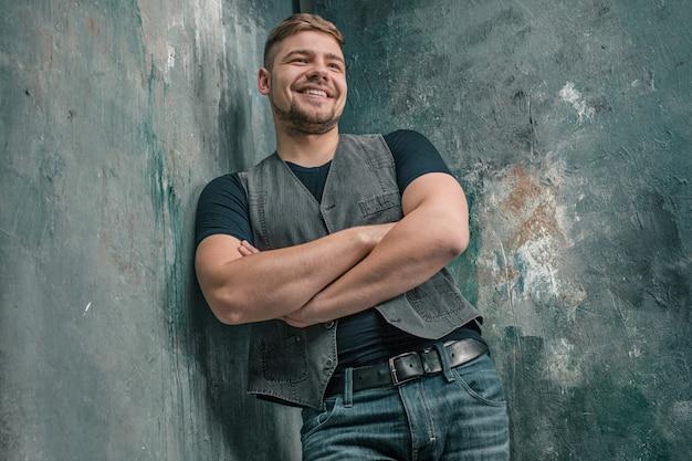Portrait, de, sourire, heureux, homme, debout, dans, studio