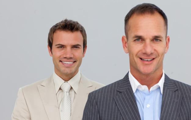 Portrait de sourire des hommes d'affaires avec les bras croisés