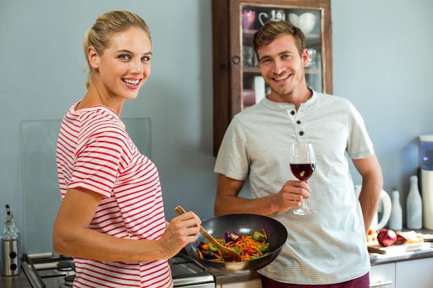 Portrait, de, sourire, jeune couple, dans, cuisine