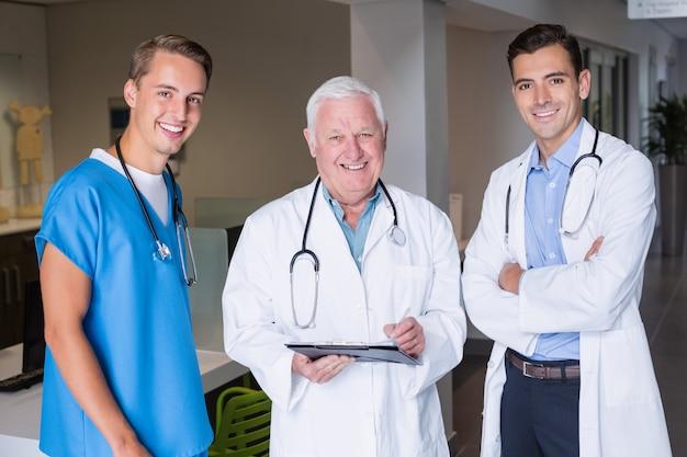 Portrait, de, sourire, médecins, debout, ensemble