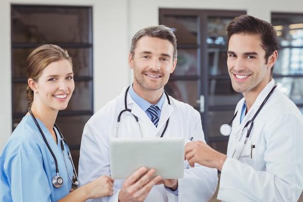Portrait, de, sourire, médecins, tenue, tablette numérique