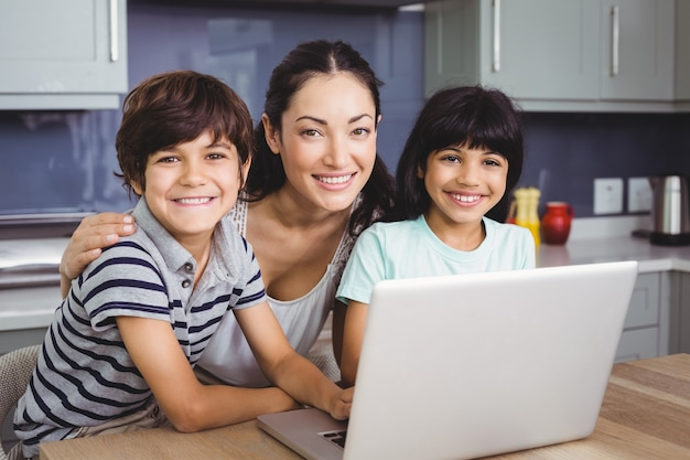 Portrait, sourire, mère enfants, utilisation, ordinateur portable