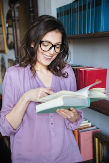 Portrait, sourire, mûrir, femme, lecture, livre