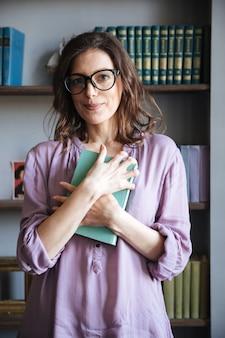 Portrait, sourire, mûrir, femme, lunettes, tenue, livre