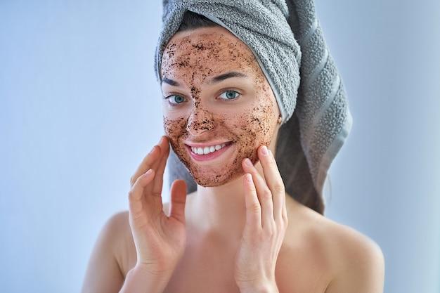 Portrait, de, sourire, sain, femme heureuse, dans, serviette bain, à, naturel, figure, gommage café, pendant, journée spa