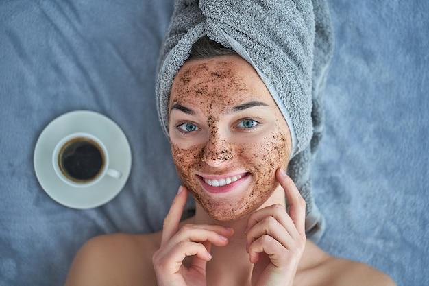 Portrait, de, sourire, sain, heureux, femme, dans, serviette bain, à, naturel, figure, gommage café, pendant, journée spa