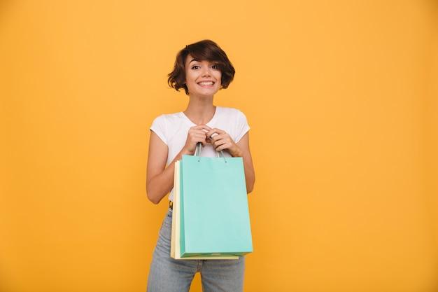 Portrait, sourire, satisfait, femme, tenue, achats, sacs