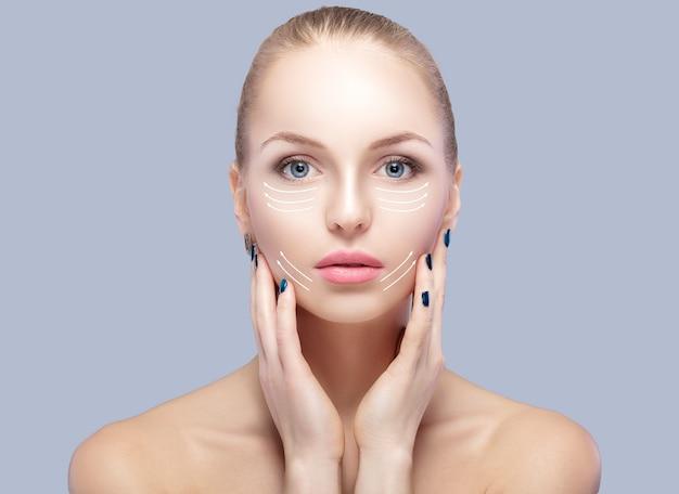 Portrait de spa de jolie femme avec des flèches sur le visage concept de levage du visage. traitement de chirurgie plastique, médecine