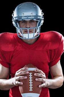 Portrait de sportif déterminé avec le football américain