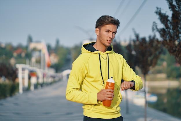 Portrait sportif homme eau potable