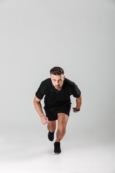 Portrait d'un sportif mature en bonne santé en cours d'exécution