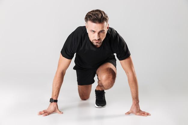 Portrait d'un sportif mature en bonne santé dans les écouteurs