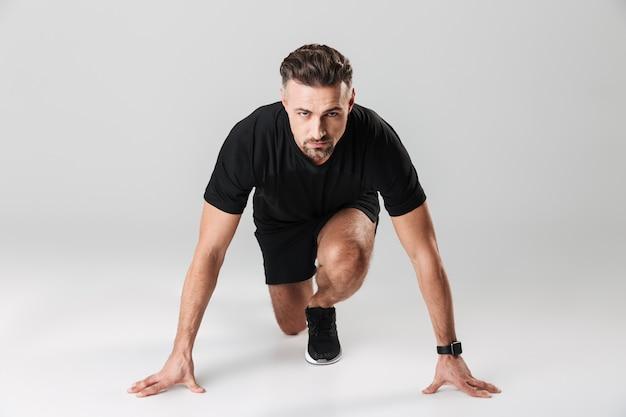 Portrait d'un sportif mature en bonne santé prêt à commencer