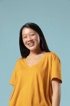 Portrait en studio d'une belle femme asiatique