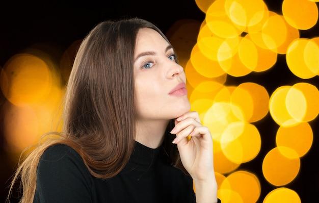 Portrait en studio de belle jeune femme penser et regarder vers le haut. le concept de perception et de réflexion