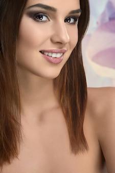 Portrait en studio d'une belle jeune femme