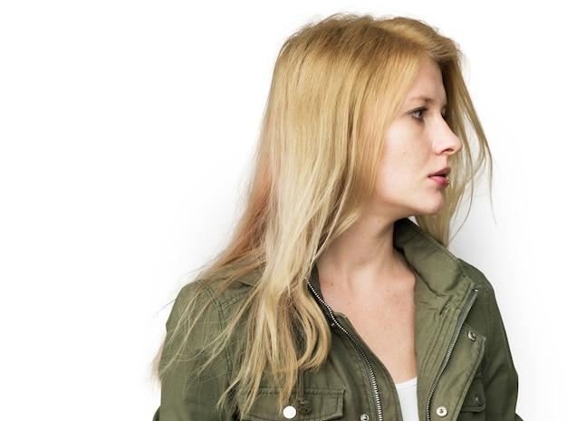 Portrait studio blonde jeune femme