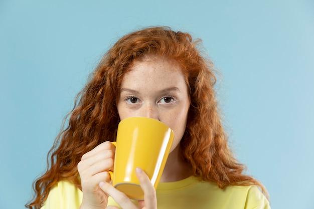 Portrait en studio de femme aux cheveux rouges