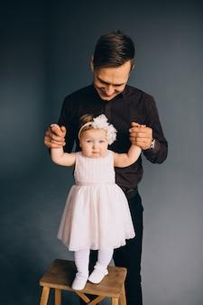 Portrait de studio fille et père