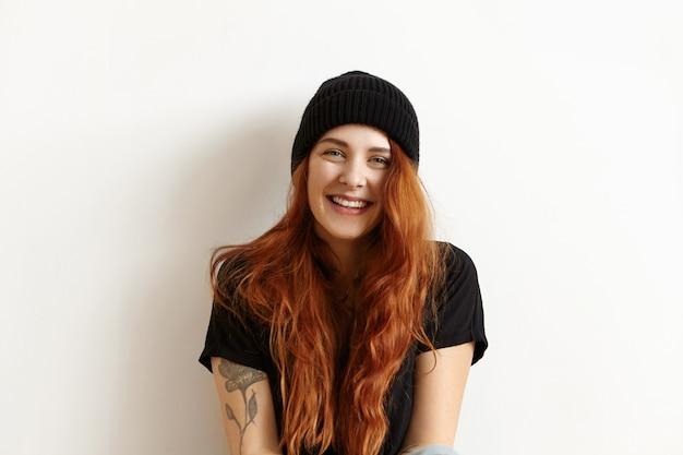 Portrait en studio isolé du modèle féminin à la mode avec de magnifiques longs cheveux roux
