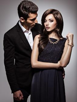 Portrait en studio de jeune beau couple de flirt amoureux