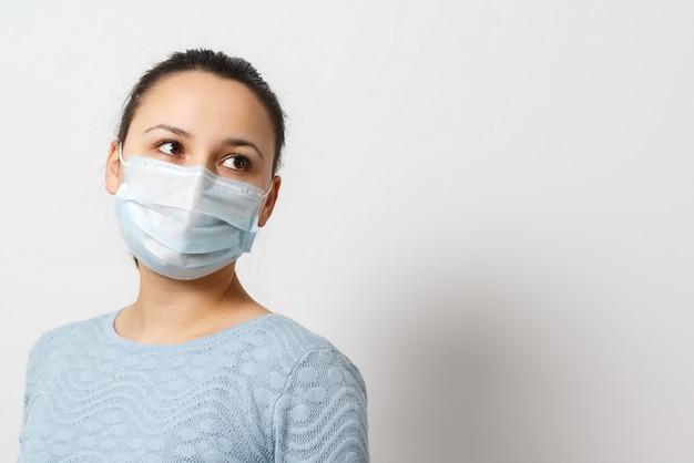 Portrait en studio de jeune femme portant un masque facial