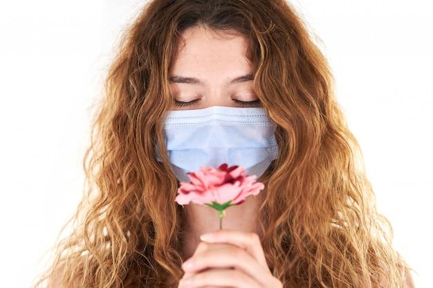 Portrait en studio de jeune femme portant un masque médical