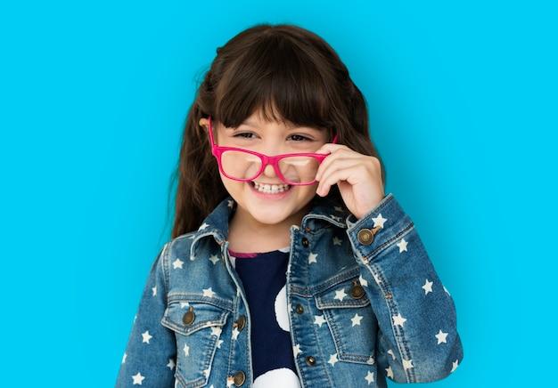 Portrait en studio d'une jeune fille portant des lunettes
