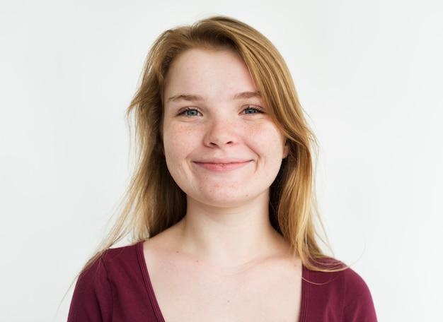 Portrait en studio jeune fille timide sourire