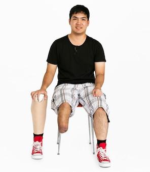 Portrait en studio d'un jeune handicapé avec prothèse jambe