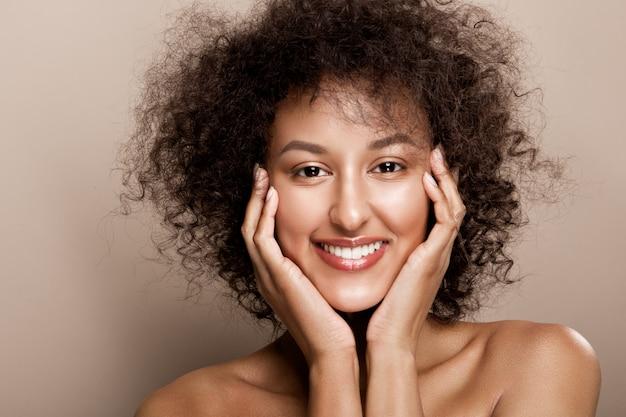 Portrait en studio de mode de la belle femme afro-américaine