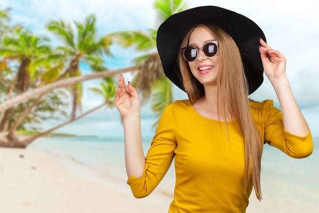 Portrait en studio de mode de la belle jeune femme aux cheveux blonds