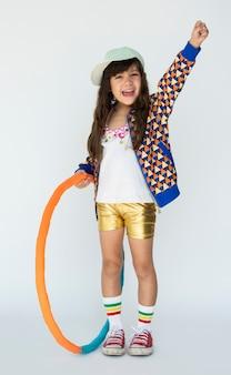 Portrait de studio de petite fille souriant bonheur hula hoop
