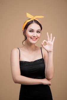 Portrait de style pin-up belle femme. geste de mains de femme asiatique