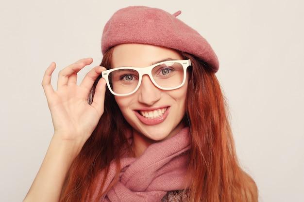 Portrait d'une superbe étudiante blonde, studio. concept de mode de vie et de personnes.