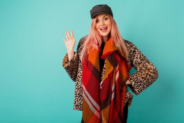 Portrait d'une superbe femme aux cheveux roses dans un élégant manteau d'hiver moelleux avec imprimé léopard