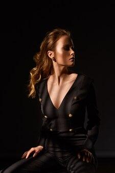 Portrait surréaliste. portrait dramatique d'une fille dans le noir. fille sexy à la mode.