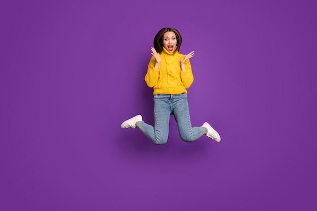 Portrait de la taille du corps pleine longueur d'une femme ravie extatique en jeans denim incapable de croire aux ventes à partir de demain en chaussures blanches exprimant des émotions.