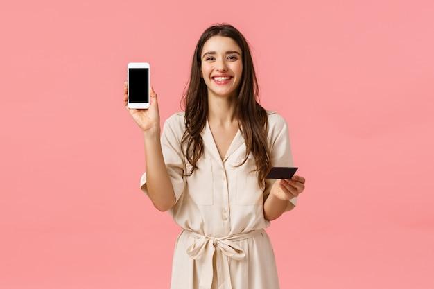 Portrait de taille heureux idiot rire femme européenne faisant une réservation en ligne