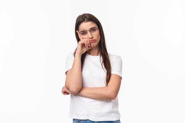 Portrait de taille de jeune femme brune ennuyée et désintéressée dans des verres, se sentir fatigué ou somnolent, écouter une conversation ennuyeuse