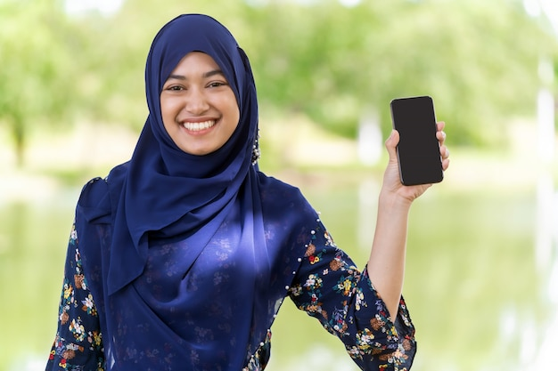 Portrait de téléphone portable fille musulmane