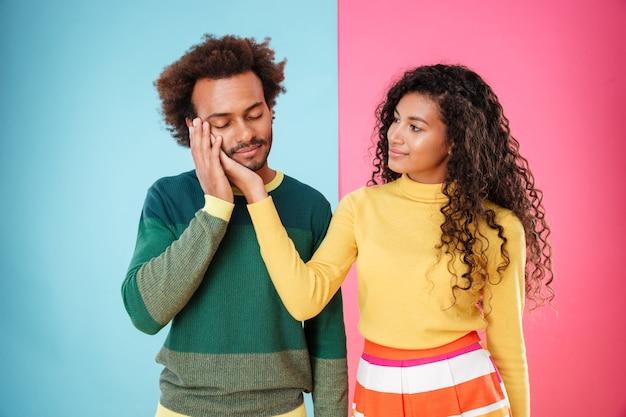 Portrait de tendre beau jeune couple afro-américain