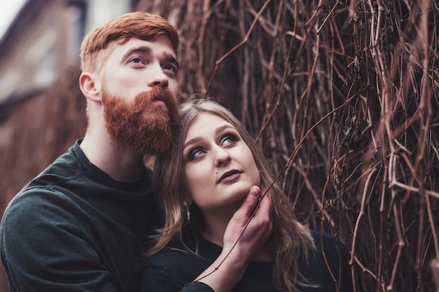 Portrait tendre d'un couple romantique à l'extérieur