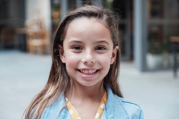 Portrait de tête de jeune métisse confiante, heureuse et en bonne santé, souriant et regardant la caméra