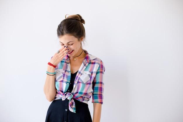 Portrait de timide timide belle femme souriante