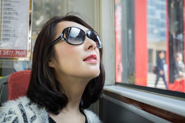 Portrait tirer dans le bus avec lumière naturelle
