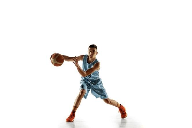 Portrait de toute la longueur du jeune basketteur avec un ballon isolé sur fond de studio blanc. adolescent s'entraînant et pratiquant en action, en mouvement. concept de sport, mouvement, mode de vie sain, annonce.